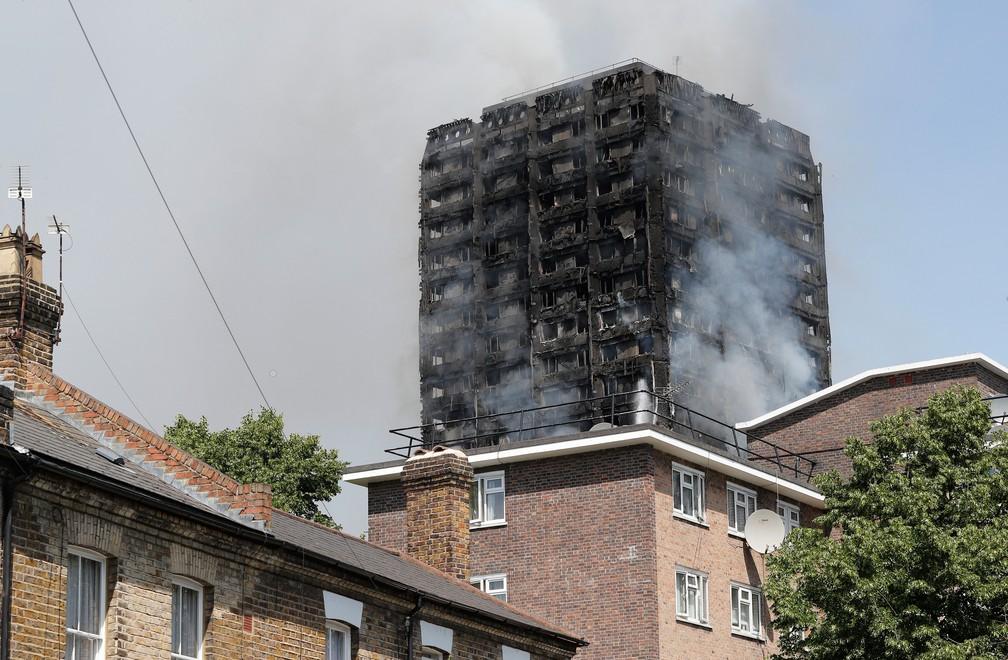 Fogo na Grenfell Tower, no oeste de Londres, nesta quarta-feira (14), comprometeu a estrutura do imóvel (Foto: Adrian Dennis/AFP)