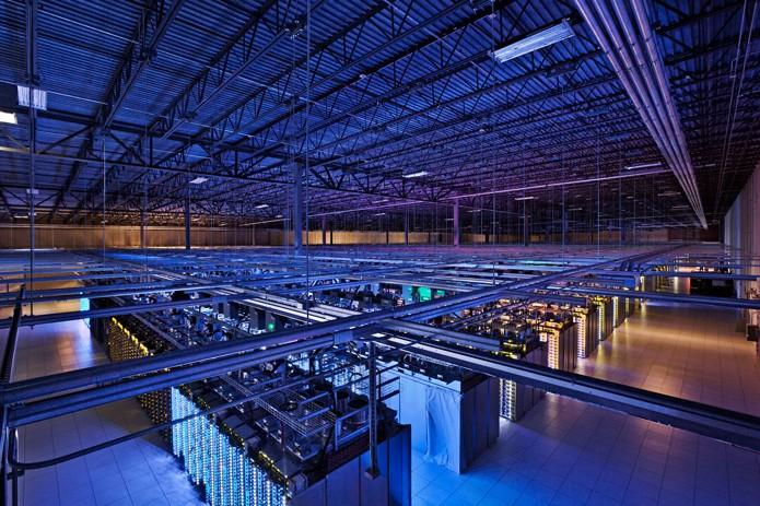 Rede Jupiter do Google conta com um total de 100 mil servidores, como os da foto, localizados no datacenter de Council Bluffs, no estado de Iowa, Estados Unidos (Foto: Divulgação/Google)