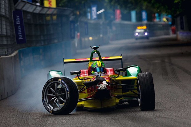 2015/2016 FIA Formula E Championship.London ePrix, Battersea Park, London, United Kingdom.Sunday 3 July 2016.Lucas Di Grassi (BRA), ABT Audi Sport FE01, returns to the pits with his damaged car.Photo: Zak Mauger/LAT/Formula Eref: Digital Image _79P22 (Foto: Formula E)