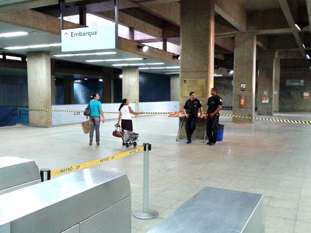 Na estação Central do metrô, área de embarque é isolada e passageiros acessam os trens pelo setor de desembarque (Foto: Lucas Nanini/G1)