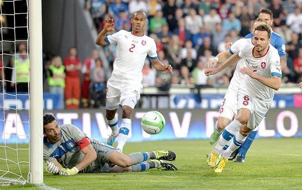 Buffon jogo Itália contra Rep. Tcheca (Foto: AP)