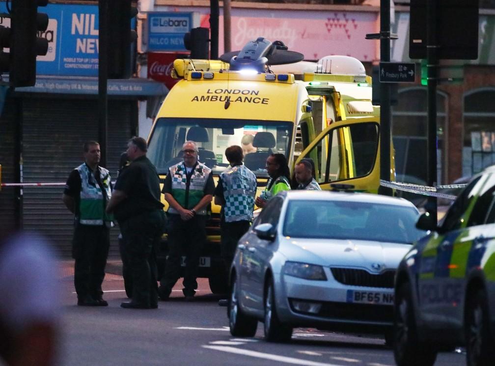 Equipe de emergência no local em que motorista atropelou pessoas com uma van em frente a mesquita (Foto: Neil Hall/Reuters)