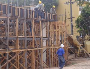 Operários trabalham para concluir o Costa Rodrigues até o final de 2012 (Foto: Zeca Soares)
