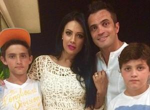 Falcão ao lado da esposa Tatiana e os filhos Enzo e Luigi (Foto: Reprodução/ Instagram)
