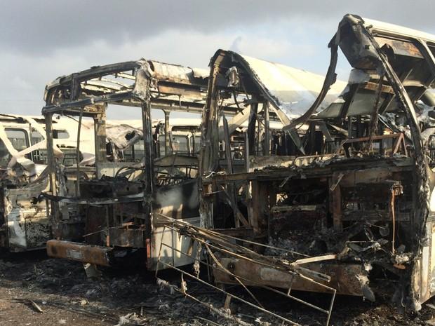 Ônibus são queimados durante ataques em São Luís (Foto: Marcial Lima/TV Mirante)