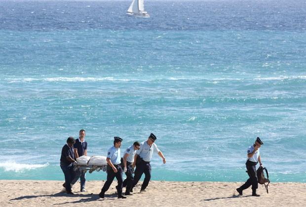 Corpo de turista francês que morreu após ataque de tubarão na Ilha da Reunião é removido (Foto: Richard Bouhet/AFP)