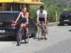 Ex-BBBs Adriana e Rodrigão andam de bicicleta juntos no Rio