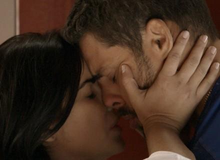 Juliano larga Belisa e dá beijaço em Tóia