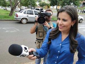 Fernanda Vieira deixa o estúdio e volta ás ruas  (Foto: Divulgação   TV Integração)