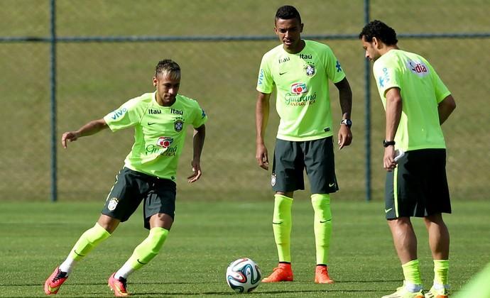 Neymar, Fred, Luiz Gustavo e Daniel alves treino brasil (Foto: Mowa Press)