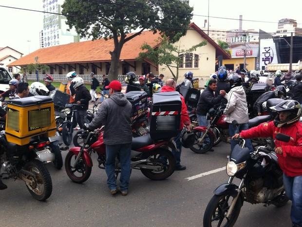Dezenas de motoboys participaram do buzinaço nesta segunda (23) (Foto: Vanessa Rumor/RPC Ponta Grossa)