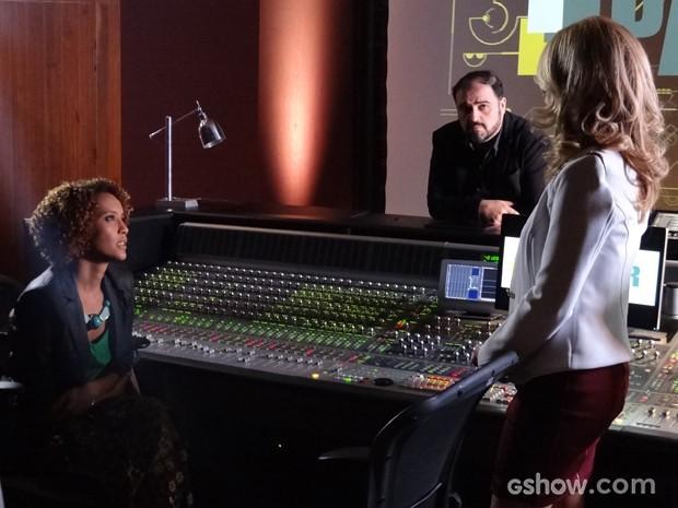 Pamela chama Verônica para ser a nova repórter da Parker TV (Foto: Geração Brasil/TV Globo)
