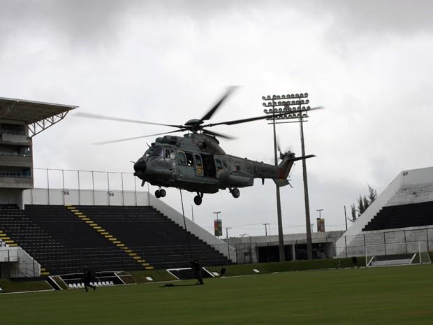 Helicóptero pousa no Frasqueirão para simulação em Natal (Foto: Marinha do Brasil)
