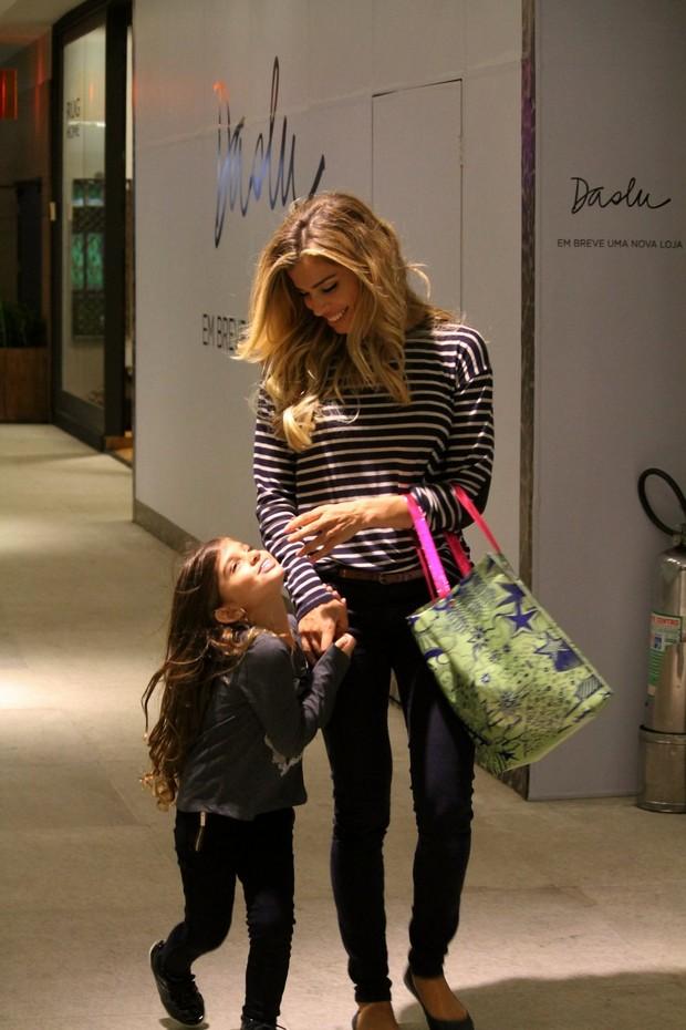 Grazi Massafera com a filha  (Foto: Daniel Delmiro/AgNews)