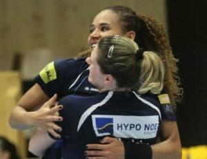 Alexandra e Deonise comemoram vitória do Hypo (AUT) contra o Randers (DIN) (Foto: Reprodução/Facebook)