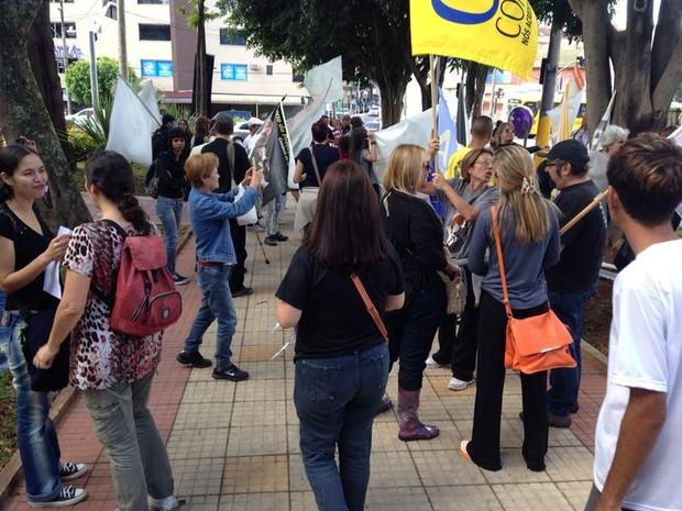 Manifestantes aguardam ida ao laboratório Tecam (Foto: Jéssica Pereira/ Arquivo Pessoal)