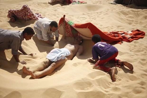 No Egito, banho de areia quente é tradicional (Foto:  Reuters/Asmaa Waguih)