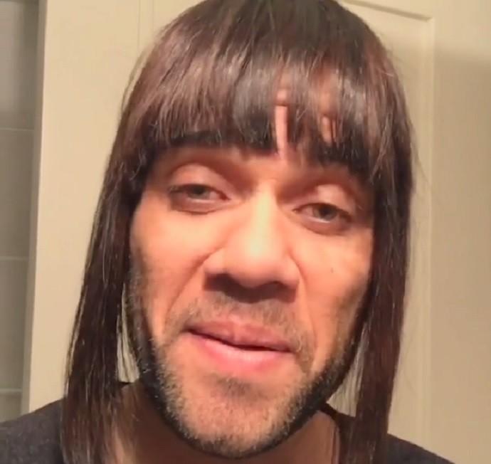BLOG: Daniel Alves põe peruca, imita namorada e passa mensagem de ânimo pelo Barça
