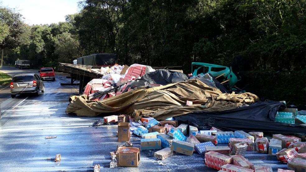 Pistas da BR-282 em Nova Itaberaba-SC ficaram escorregadias com leite derramado no acidente (Foto: PRF/Divulgação)