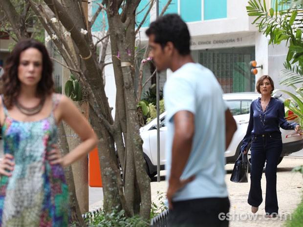 Chica vê a situação da irmã e não gosta nadinha (Foto: Carol Caminha/TV Globo)
