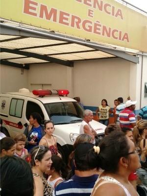 População se aglomerou em frente à Santa Casa após notícia do desmoronamento. (Foto: Júlio César Ferreira de Souza/Arquivo Pessoal)