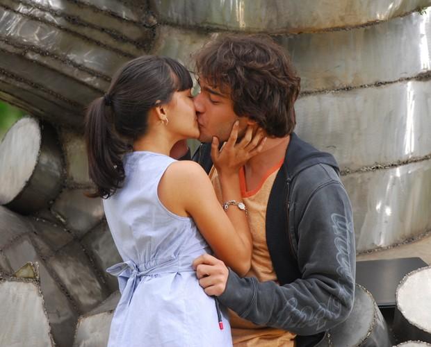 Carolina Oliveira com Humberto Carrão em Ti-Ti-Ti (Foto: TV Globo / Zé Paulo Cardeal)