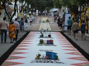 Voluntários participam da confecção de tapetes em Castelo. (Foto: Divulgação/Prefeitura de Castelo)
