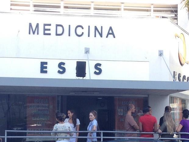 Alunos de medicina em frente a faculdade em Brasília (Foto: Lucas Salomão/G1)