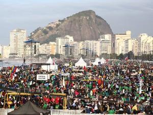 28/7 - Multidão se aglomera nas areias de Copacabana no último dia de Jornada (Foto: Rodrigo Gorosito/G1)