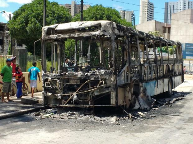 Ônibus é incendiado na Estrada do Barbalho, Zona Oeste do Recife (Foto: José Dilermano/ TV Globo)
