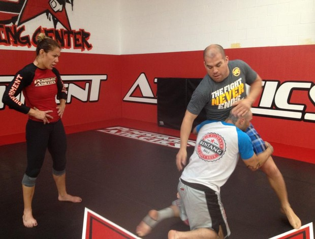 Cris Cyborg observa Tito Ortiz demonstrar uma t&#233;cnica com sparring (Foto: Reprodu&#231;&#227;o/Facebook)