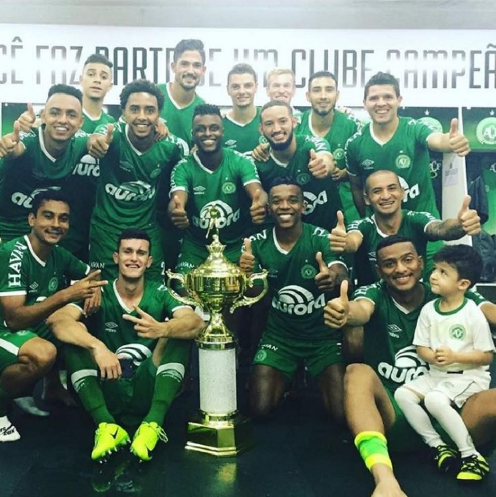 No vestiário, jogadores posaram com a taça do segundo turno do Catarinense (Foto: Reprodução/Instagram)