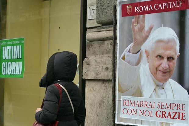 Cartaz em rua de Roma presta homenagem ao agora Papa Emérito Bento XVI; o texto, em italiano, diz: 'permanecerás sempre conosco; obrigado' (Foto: AFP)