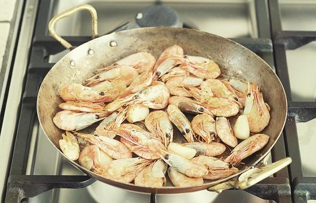 O camarão é um ingrediente que, na hora do cozimento, deixa a cozinha com um cheiro muito forte. Colocar um talo de salsão na água ajuda a reter o odor. (Foto: ThinkStockPhotos)