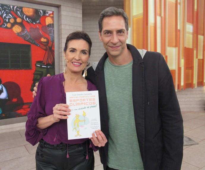 Fátima mostra o livro do jornalista Luís Ernesto Lacombe (Foto: Priscilla Massena/Gshow)