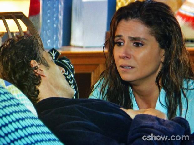 Cadu passa mal em momento romântico com Clara (Foto: Em Família/ TV Globo)