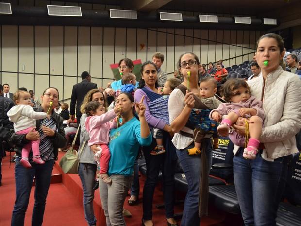 Mulheres criticaram o veto da prefeita Dárcy Vera à lei que multa quem proíbe amamentação em público (Foto: Amanda Pioli/G1)
