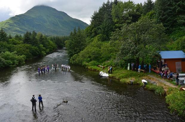 Cerimônia foi realizada em Kodiak, no estado do Alasca (EUA) (Foto: James Brooks/Kodiak Daily Mirror/AP)