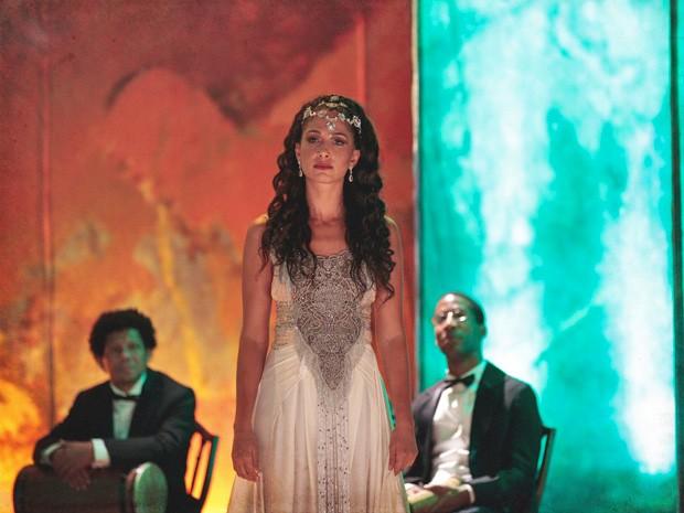 Isabel expõe Constância (Foto: Lado a Lado/TV Globo)