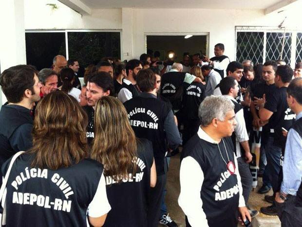Delegados, agentes e escrivães se reuniram na Delegacia Geral nesta quinta (Foto: Caroline Holder/G1)