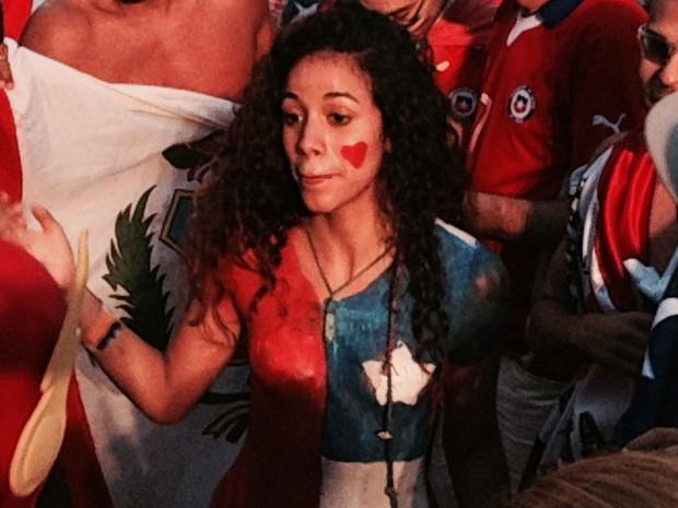 A venezuelana Reize fez a torcida chilena vibrar na praia de Copacabana. Pintou o corpo com as cores da bandeira chilena.  (Foto: Daniel Silveira/G1)