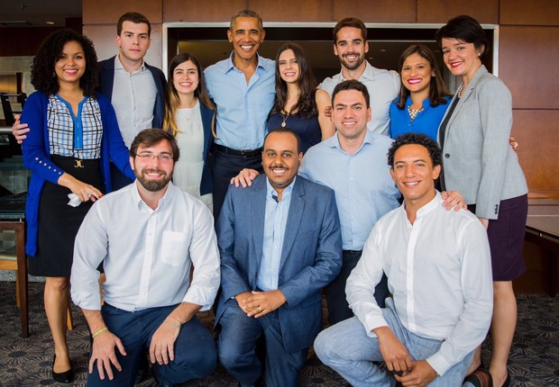 O ex-presidente norte-americano Barack Obama posa para foto após encontro com jovens líderes no Brasil (Foto: Obama Foundation)
