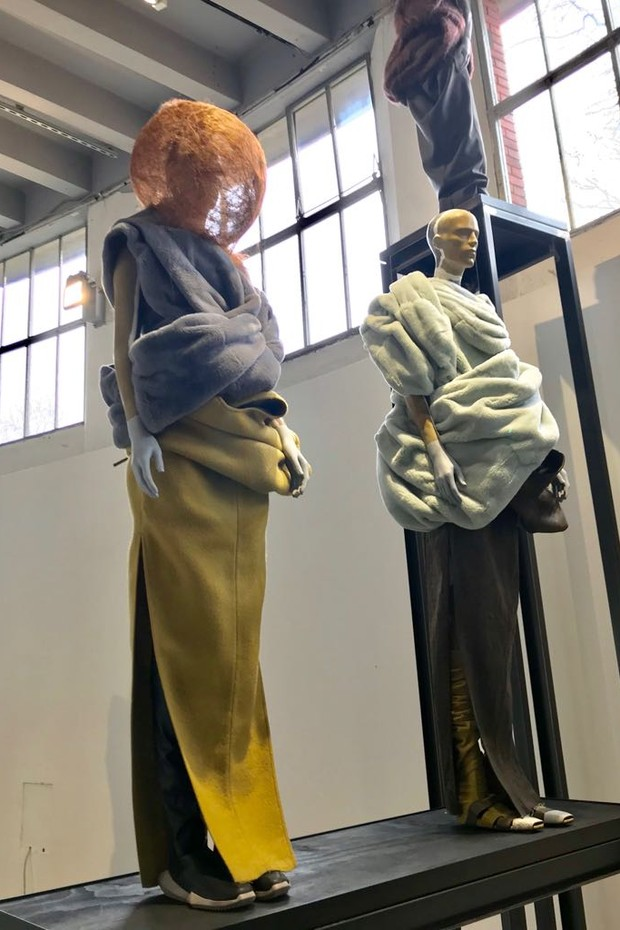 "Both from the Rick Owens Autumn/Winter 2017 ""Glitter"" collection (the sphere headwear on the left is made from human hair) (Foto: @SUZYMENKESVOGUE)"