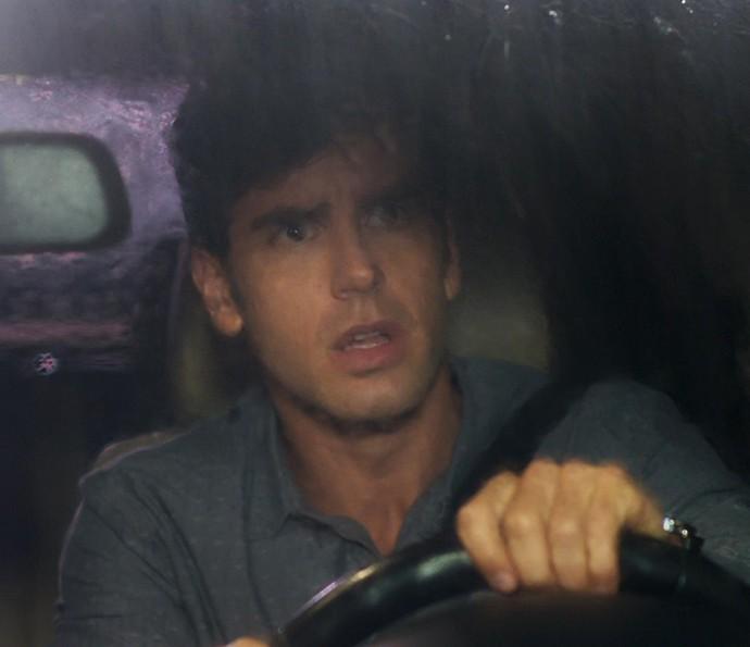 Felipe decide sair do carro para ajudar Shirlei (Foto: TV Globo)