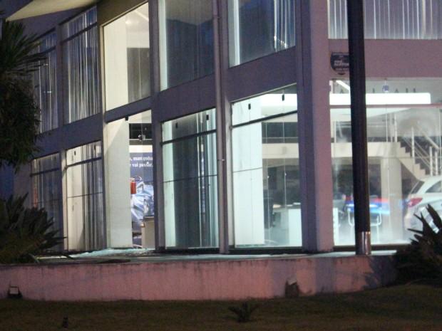 Loja está sem uma das portas de vidro, que foi estilhaçada (Foto: Gabriela Pavão/ G1 MS)