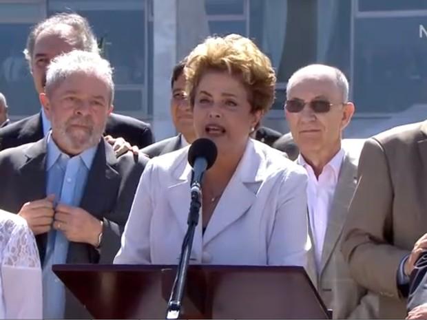 Dilma fala com apoiadores na saída do Planalto (Foto: Reprodução/NBR)