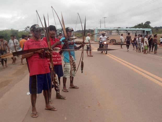 Indígenas e ribeiros bloqueiam rodovia Transamazônica, no Pará, para pedir agilidade no cumprimento das condicionantes para a construção de Belo Monte. (Foto: Glaydson Castro/Tv Liberal)