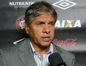 Arthur Bernardes, técnico do sub-23 atleticano, na Vila Olímpica (Foto: Site oficial do Atlético-PR/Divulgação)