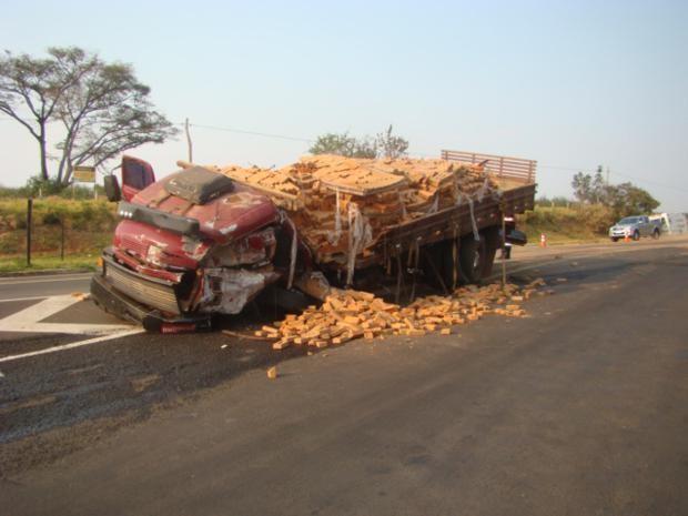 Caminhão que carregava tijolos teve cabine totalmente destruída. (Foto: Polícia Civil)