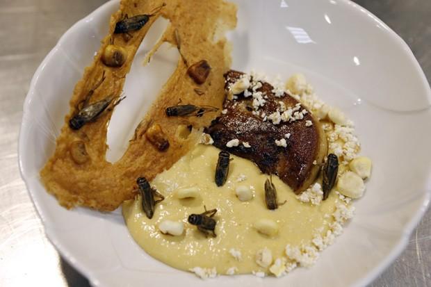 Prato 'Cremeux de mais, foie gras poele' é servido com grilos no restaurante francês 'Aphrodite' (Foto: Valery Hache/AFP)